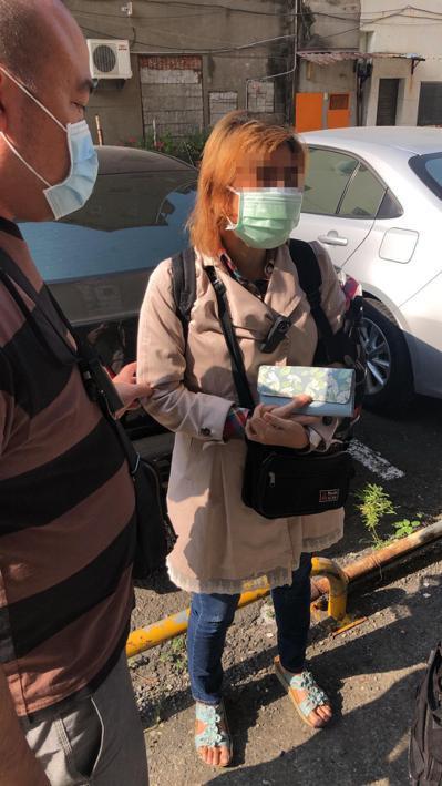 林姓婦人涉嫌帶走女兒藏匿十二年遭通緝,警方在高雄市查獲她。記者林保光/翻攝