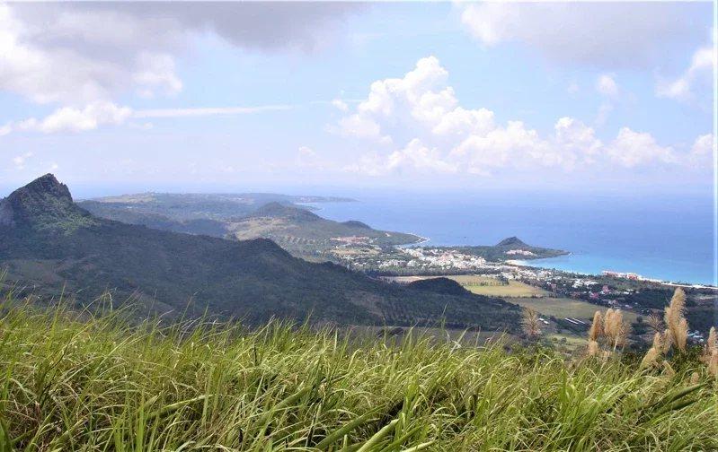 「墾丁第一高山」大母山海拔325公尺,雖沒有傲人山勢,山頂卻有三面環海的開闊景觀...