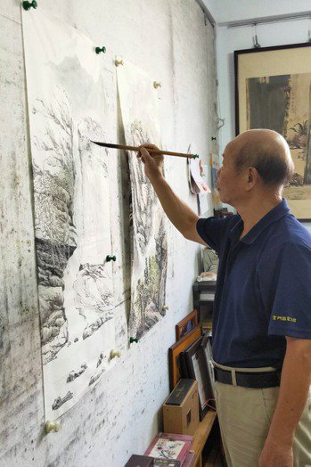 楊誠國擅長畫山水畫,他說在工作室裡,常常一畫就是一整晚。 圖/楊誠國提供