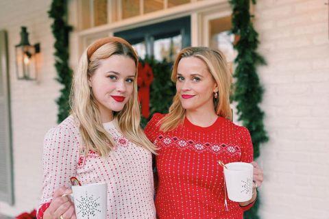 44歲的奧斯卡影后瑞絲薇絲朋(Reese Witherspoon)日前分享與21歲女兒的合照,兩人的相似度幾乎百分百,網友直呼「根本是雙胞胎」。瑞絲薇絲朋日前在IG貼出與女兒的合照,母女倆穿著同款不...
