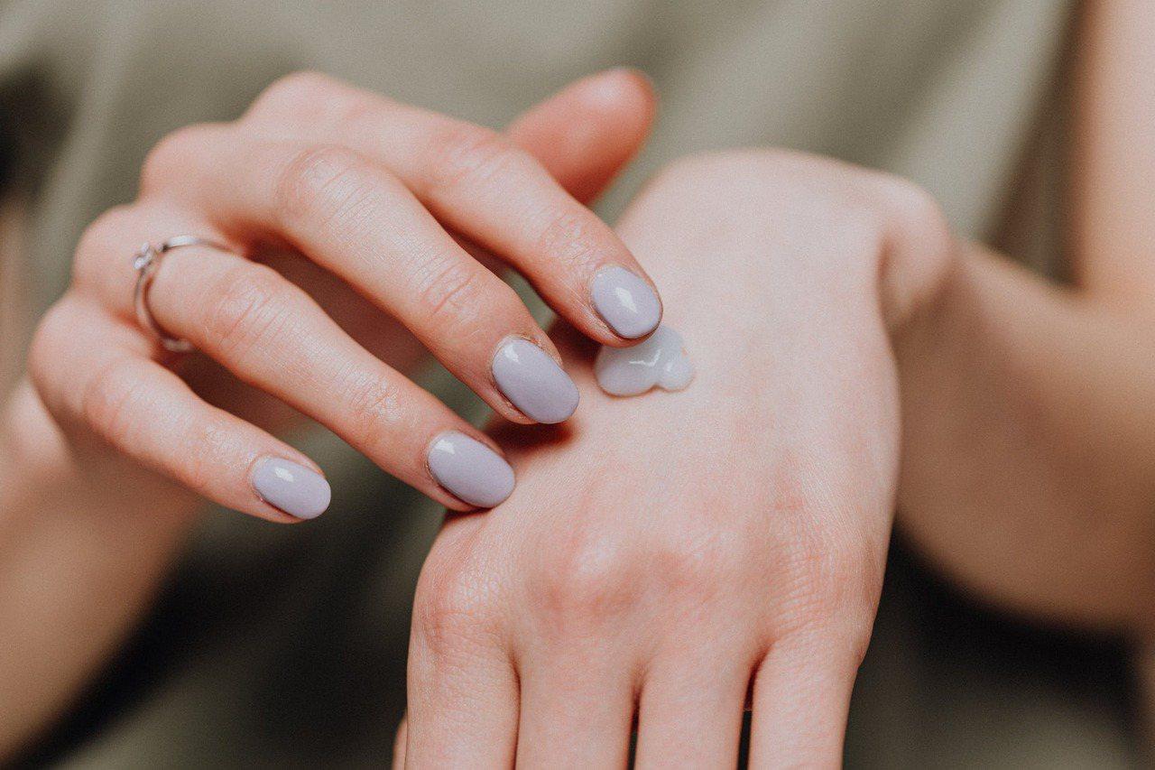 隨著我們皮膚的衰老和皺紋的出現,我們年紀愈大,保持水分的難度越來越大,這導致了皮...