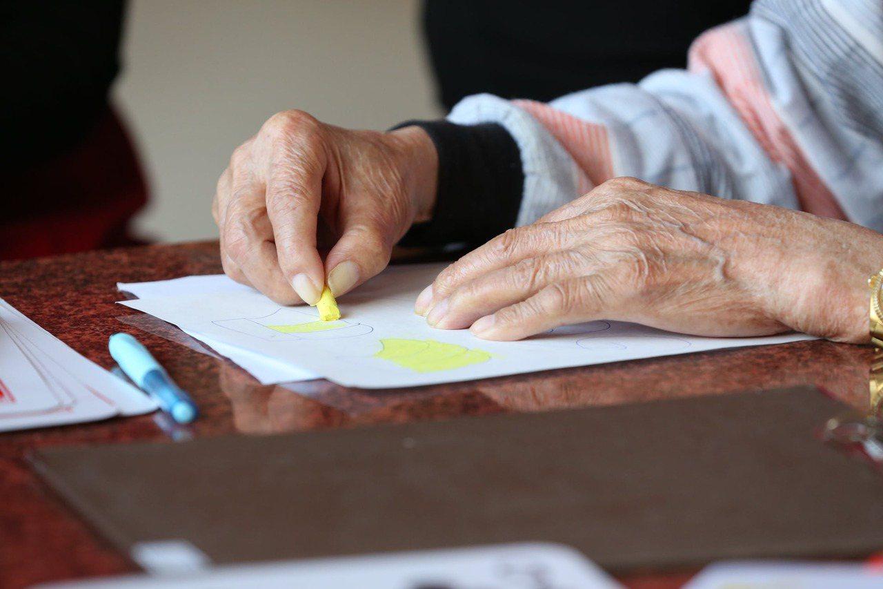 隨著年齡的增長,老人們幾乎都會有「關節疼痛或腫脹」,以及一些關節的運動障礙。 圖...