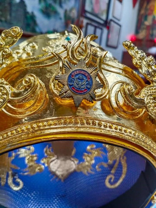 蘇志祥成為大法師後,在他的毘羅冠上鑲上警徽。 圖/蘇志祥提供