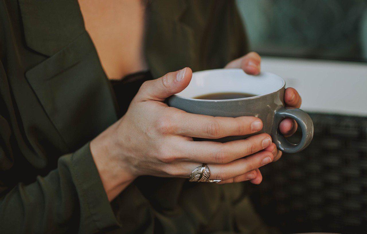 長期攝取咖啡會有成癮症狀,只要1、2天未攝取就會產生戒斷症狀,如頭痛、疲勞、警覺...