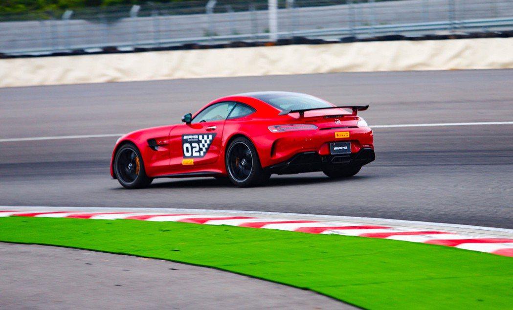 聽著AMG GT R不斷傳進車艙的回火聲就令人感覺熱血沸騰。 記者張振群/攝影