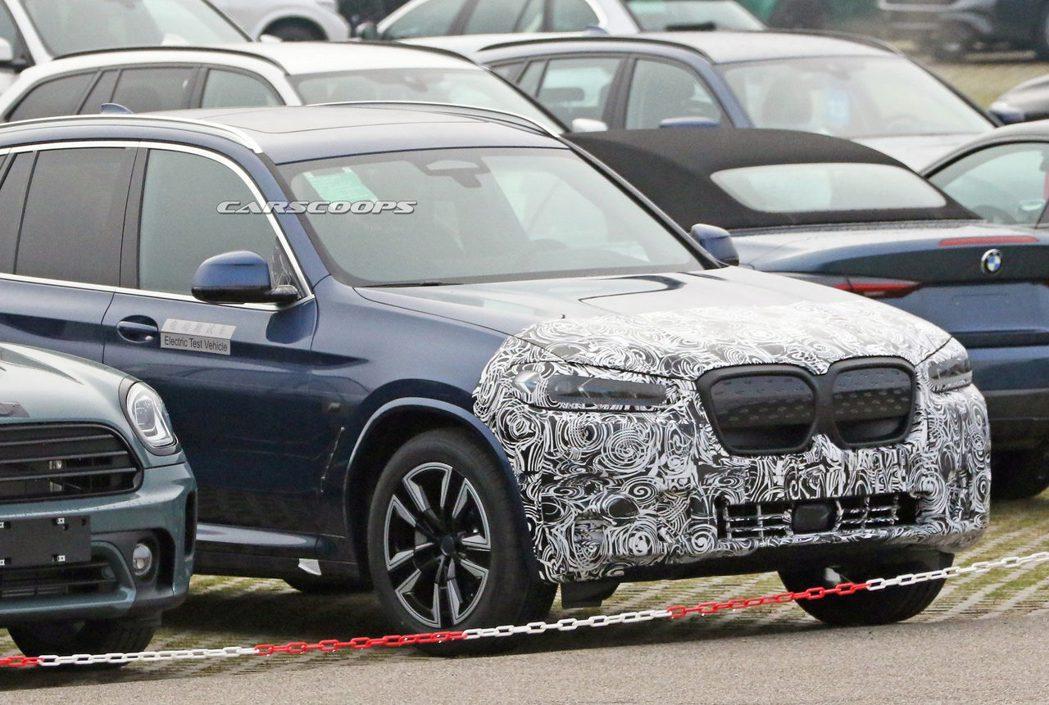 疑似小改款的BMW iX3偽裝測試車近期被外媒捕獲。 摘自Carscoops