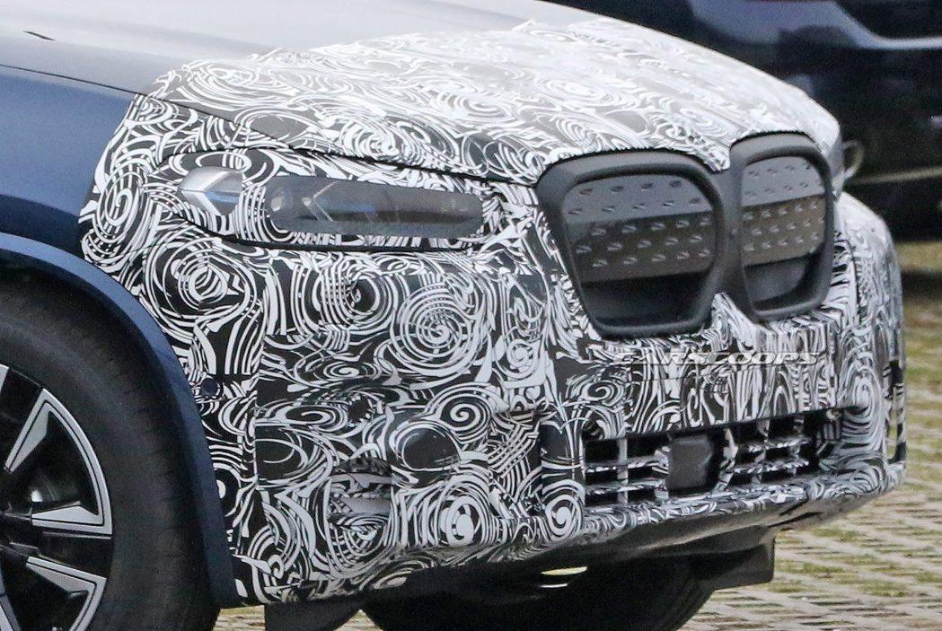 BMW iX3封閉式格柵相當具有辨識性,不過小改款車型上以全黑方式呈現,似乎暗示...