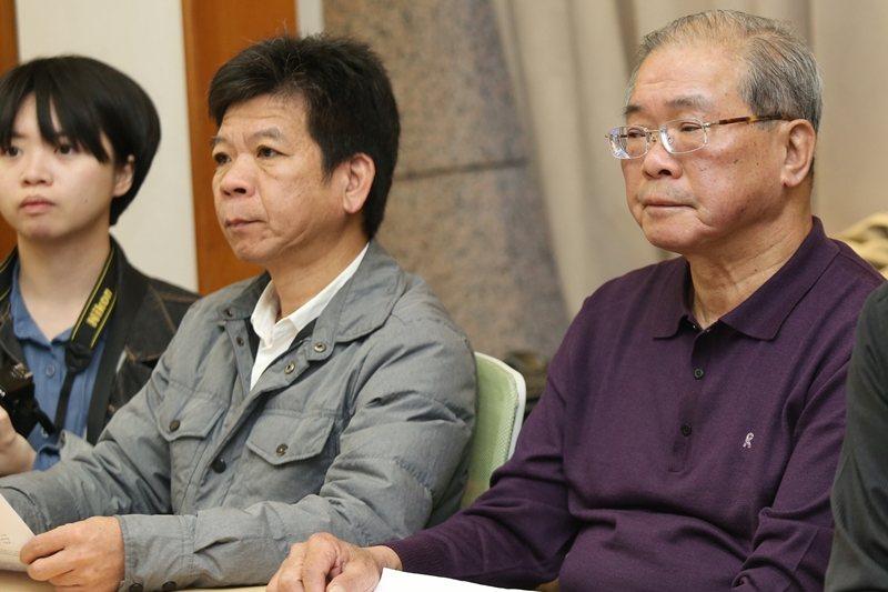 台灣冤獄平反協會召開記者會,冤案平反者鄭性澤(中)、蘇炳坤(右)出席,呼籲立委儘速推動平冤制度,攝於2019年。 圖/聯合報系資料照