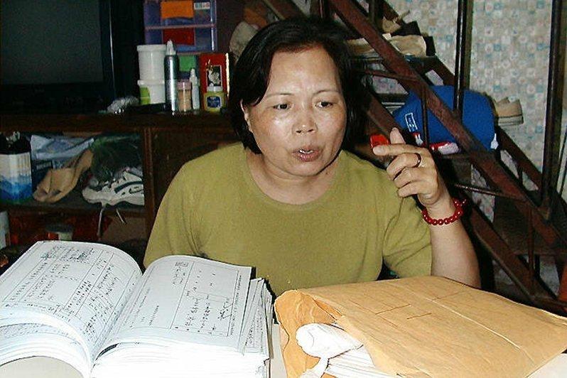 江色嬌為丈夫蘇炳坤奔走多年,抱著大堆證據四處求情,攝於2000年。 圖/聯合報系資料照