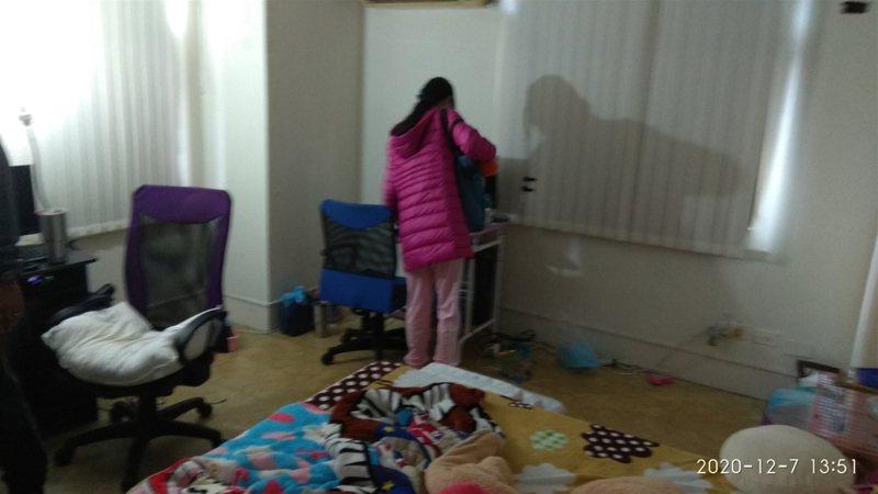 彰化及高雄市警方聯手查獲失蹤12年的女童,透過消費紀錄循線追蹤,讓躲躲藏藏過日子的母女蹤跡曝光。中央社(警方提供)
