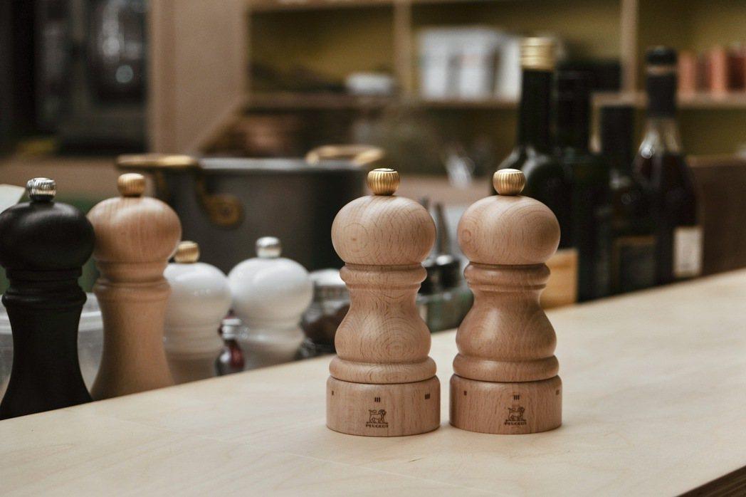 每個人看了都覺得眼熟的木製胡椒研磨罐形狀,其實是法國百年品牌「PEUGEOT」創...