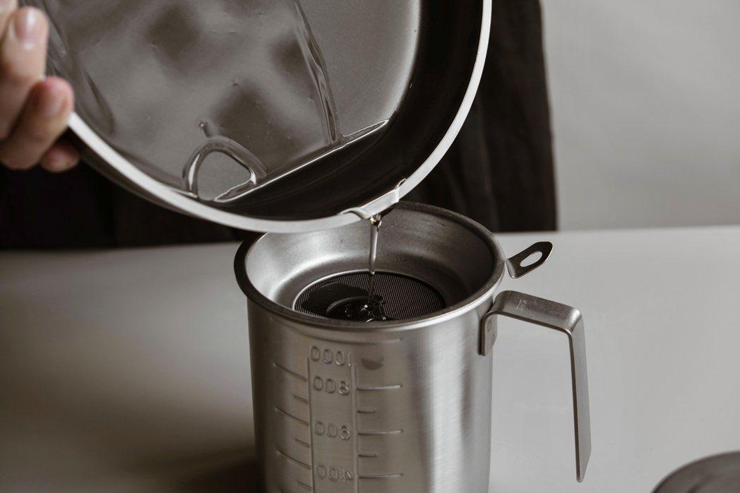 日本燕三条CONTE不鏽鋼調理盆,有著少見的零捲邊設計,麵糊或液體倒出來不會回滴...