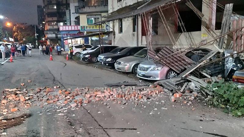 新竹市建中一路23巷一處廢棄大樓外,因10日晚間9時19分芮氏規模6.7的地震導致鷹架倒塌、磚塊掉落,停在建築物旁的多部汽車、機車遭殃。(民眾提供)