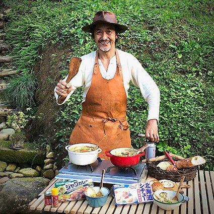 露營達人長野修平的野炊咖哩料理教學。 台灣好侍食品/提供
