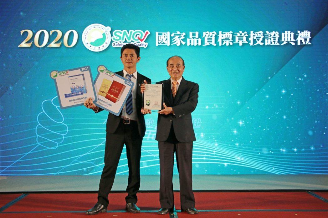 台灣生技品牌「婕樂纖」連續三年獲得SNQ國家品質標章,由前立法院院長王金平(右一...