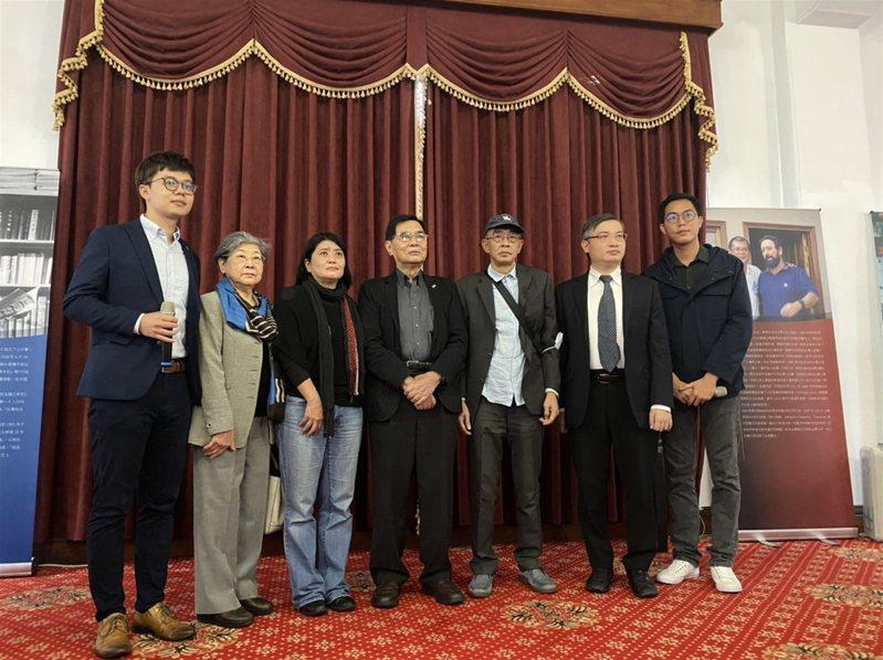 台灣基進黨邀請在台港人銅鑼灣店主林榮基(右3)、香港律師桑普(右2)出席台獨聯盟50週年展覽導覽活動。他們在致詞時不約而同指出,香港近期情勢急轉直下,盼台灣能繼續給予香港人幫助。中央社