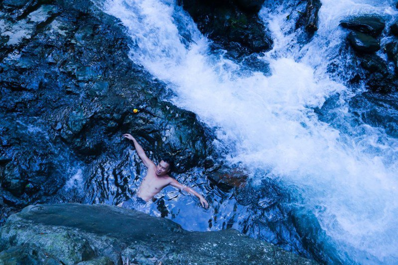 台灣少有與山泉合流的嘎拉賀野溪溫泉,屬弱鹼碳酸泉,就是俗稱的美人湯啦。