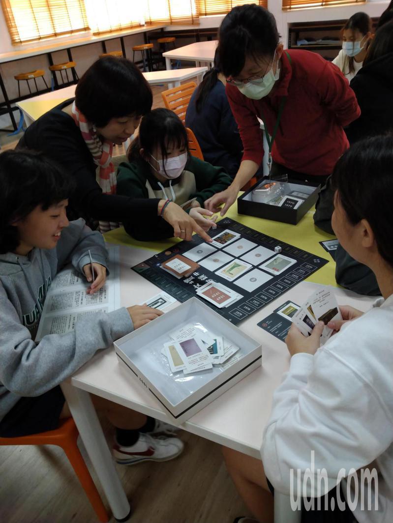 台南市家齊高中學生透過桌遊感受白色恐怖時期如何影響文學書寫。記者鄭惠仁/攝影