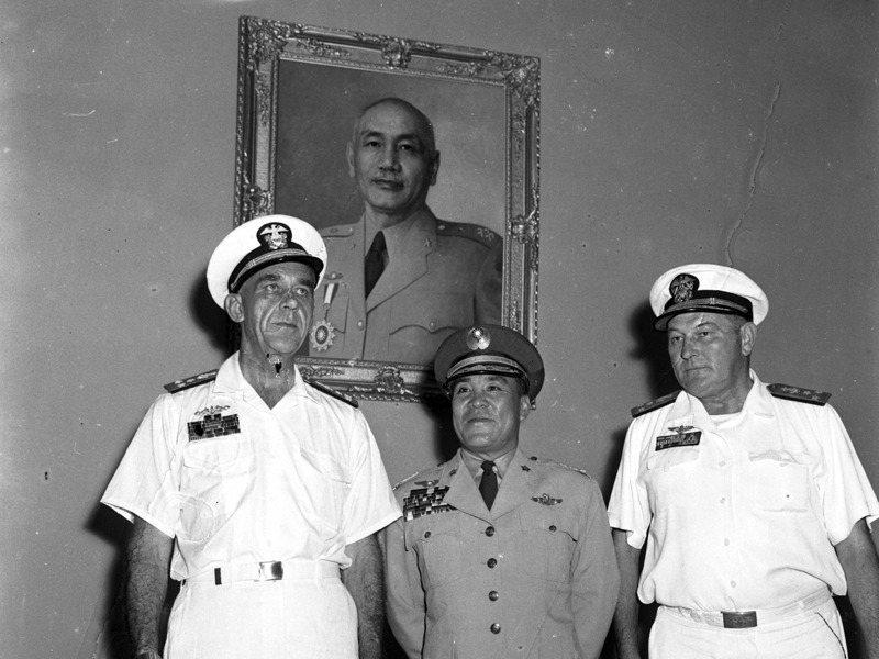 1958年金門八二三砲戰期間,我方戰機擊落共軍米格機五架,但美軍台灣協防司令史慕德(左)卻對參謀總長王叔銘(中)抗議事前不知情。圖/聯合報系資料照片
