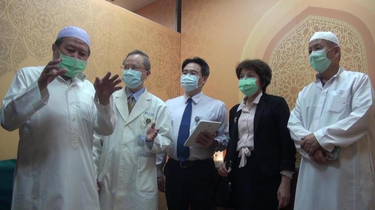 高醫設有穆斯林祈禱室,新真室教長陳永武(左一)看了很欣喜。記者王昭月/攝影