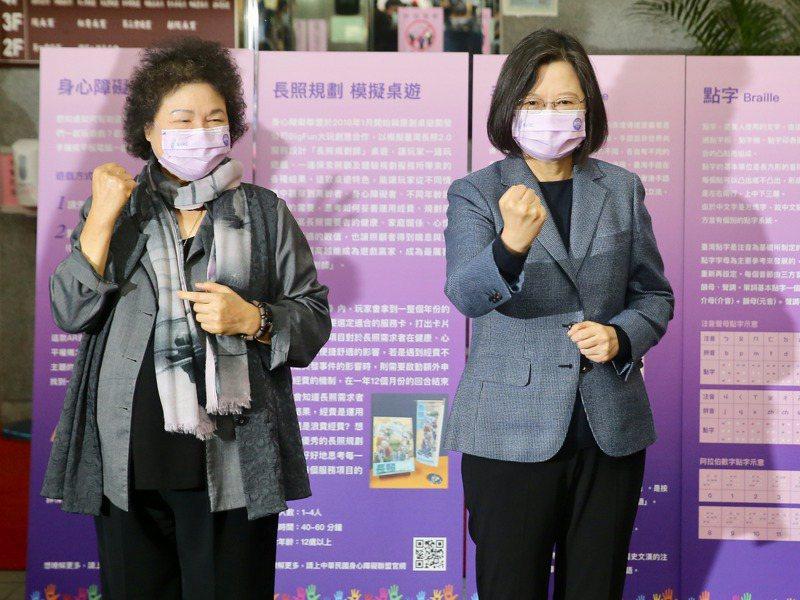今天是世界人權日,蔡英文總統今連趕多場相關活動,圖為蔡英文(右)與監察院長陳菊(左)出席「台灣人權阿普貴(upgrade)」活動。記者林伯東/攝影