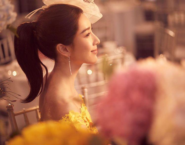 黃色平口洋裝的優雅魅力,像是呼應PANTONE剛宣布的2021年度色之一「亮麗黃...