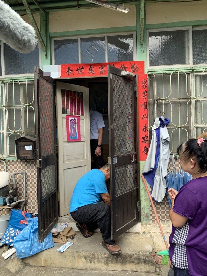 大同鋁業股份有限公司透過嘉義市府社會處的媒合提報,協助弱勢家庭修繕鋁門窗。圖/嘉市府提供