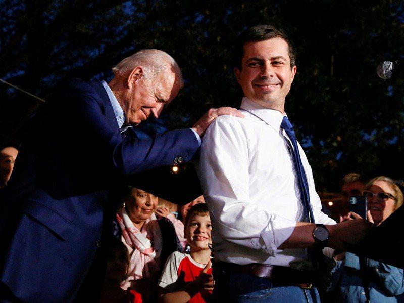 網路新聞媒體Axios 報導,美國總統當選人拜登(左)曾說,布塔朱吉讓他想到他已過世的長子波伊。圖為布塔朱吉今年3月在德州宣布在初選中支持拜登。路透