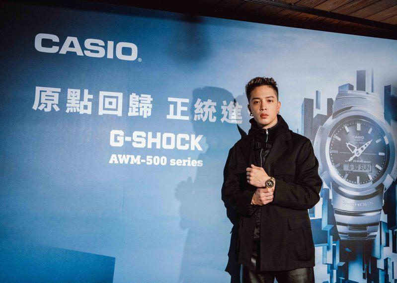 人氣創作歌手J Sheon搶先配戴示範G-SHOCK全新AWM-500表款。圖/CASIO提供