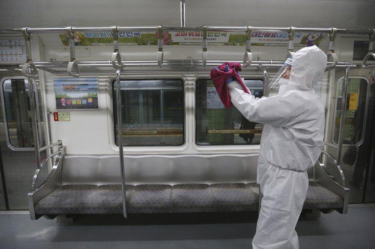 首爾地鐵車廂人員正在進行消毒。美聯社