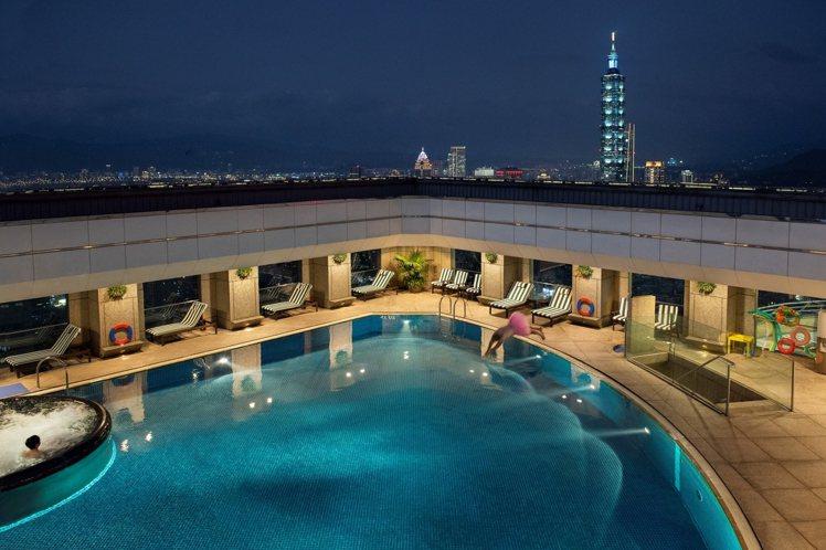 香格里拉台北遠東國際大飯店的高空游泳池,可享受市中心的寧靜。圖/香格里拉遠東飯店...