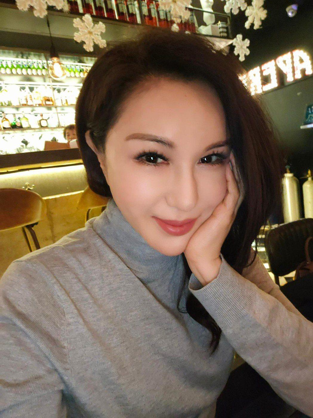 利菁在上直播前自拍,她說正為事業衝刺,並非傳言說得不堪。圖/利菁提供