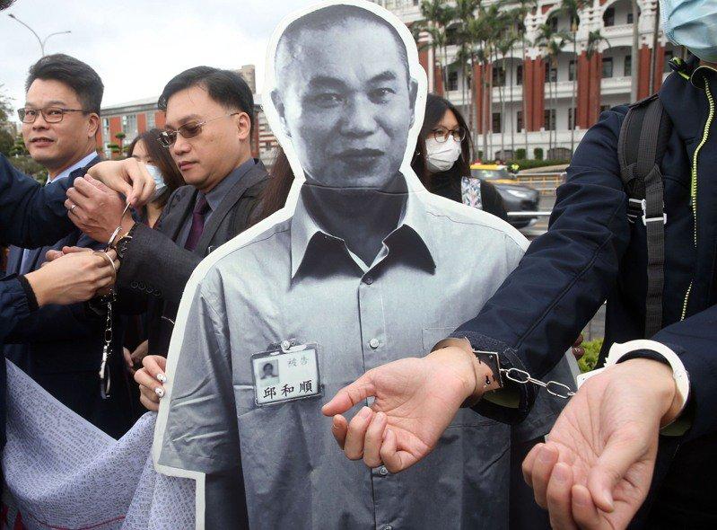 世界人權日邱和順義務律師團及救援團體,今天將手上銬靜默繞行總統府,請求蔡英文總統特赦。記者林俊良/攝影