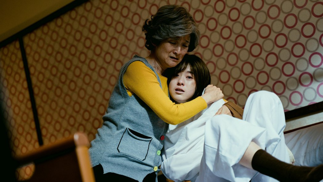 新生代女星邱偲琹(右)在「天巡者」飾演精神病患。圖/三立提供