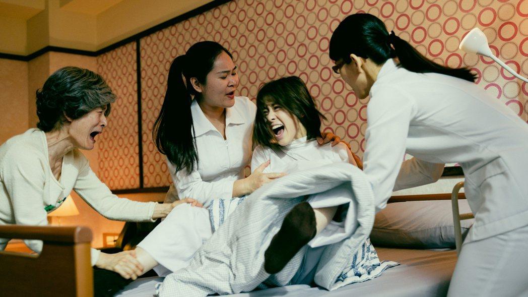 新生代女星邱偲琹(右二)在「天巡者」飾演精神病患。圖/三立提供