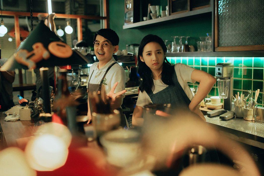 黃子佼(左)與李沐在MV中飾演咖啡廳老闆與店員。圖/洒落嚴選行提供