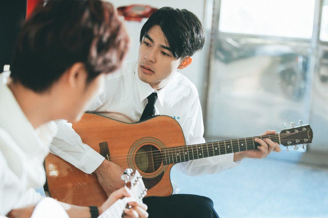 陳昊森演出黃子佼的新歌「當你麋鹿」MV。圖/洒落嚴選行提供