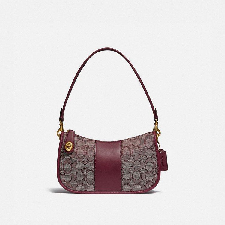 Swinger經典Signature緹花手袋,11,800元。圖/COACH提供