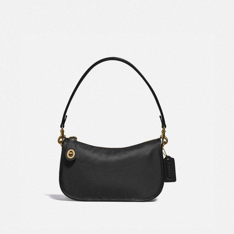 Swinger復古玫瑰印花襯裡尼龍手袋,9,900元。圖/COACH提供
