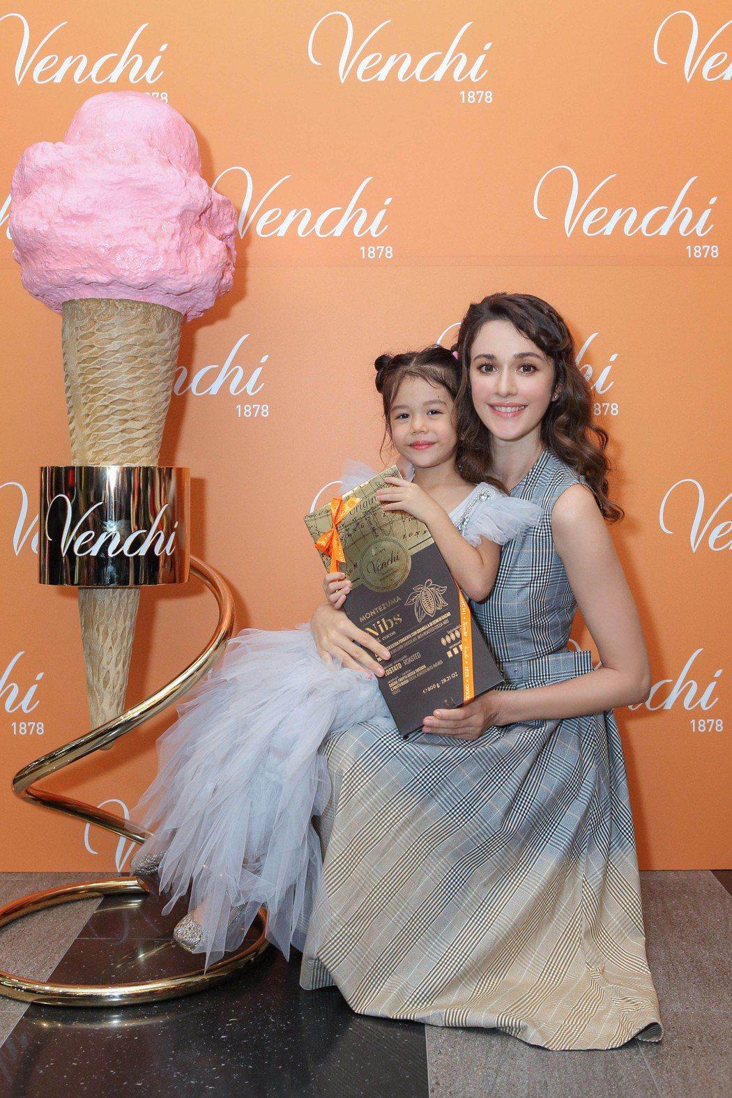 瑞莎帶女兒Nika出席巧克力品牌活動。圖/Venchi提供