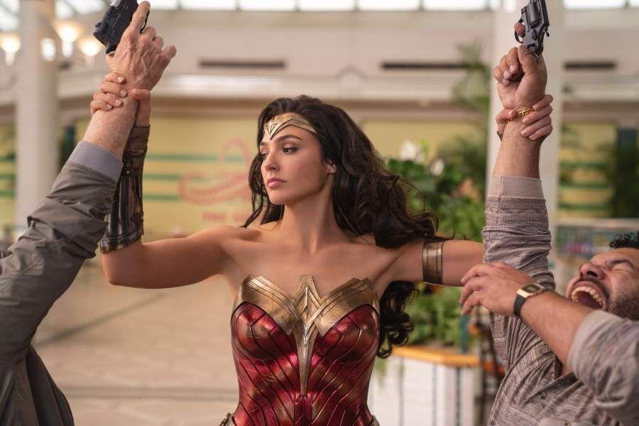 蓋兒加朵在「神力女超人1984」挑戰極高難度的動作戲。圖/華納兄弟提供