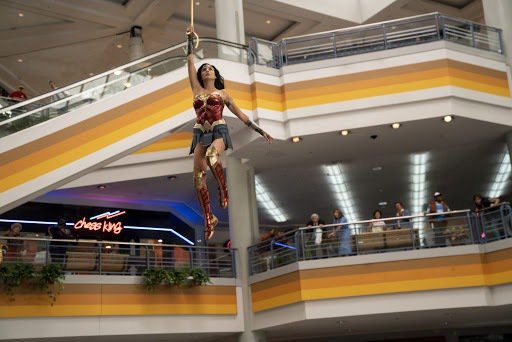 蓋兒加朵為「神力女超人1984」獻出多場精采的甩鞭戲。圖/華納兄弟提供