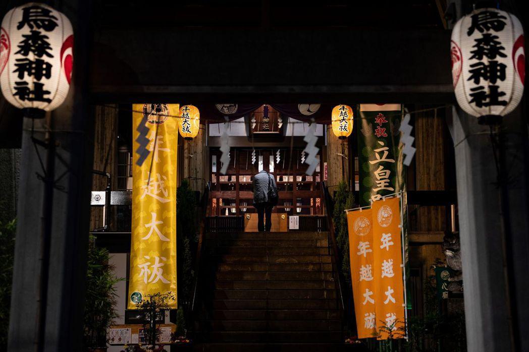 隨著歲末年初將近,前往神社參拜祈福的日本民眾可能愈來愈多,有些神社推出「不接觸參...