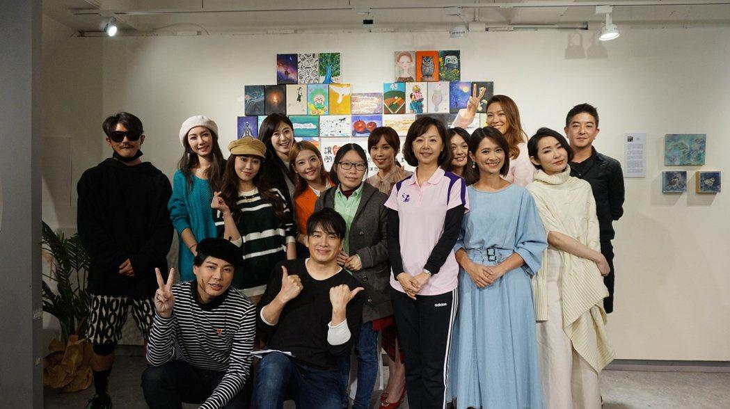 林韋君(左二)、王樂妍等出席「讓愛閃耀」名人藝術家公益畫展。圖/萬海慈善提供