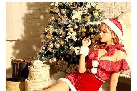 「國民AV女優」三上悠亞時常在推特、IG上與粉絲互動,最近適逢耶誕節即將到來,她也穿著性感爆乳裝,化身耶誕老人,更滿心期待的寫下:「耶誕節就快到了唷!每一樣都讓人好興奮,尤其最想看到耶誕燈飾。」三上...