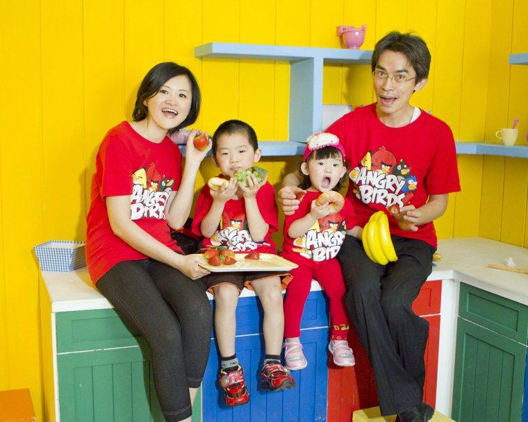陳玉娟(左)透過中醫調理,改善泌乳素過高的問題,婚後順利得子。圖/陳玉娟提供
