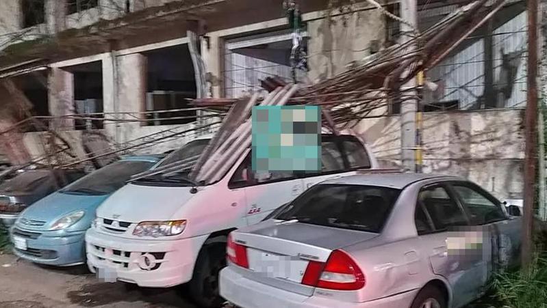 有網友在新竹爆料公社PO文並附上照片,只見在廢棄大樓旁的數輛轎車全遭殃,被大樓上的鐵架覆蓋,磚頭則噴的滿地都是,嚇壞不少民眾。記者王駿杰/翻攝自臉書社團新竹爆料公社