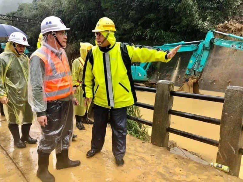 交通部長林佳龍(橘衣)今視察台鐵瑞芳猴硐坍方段。圖/取自林佳龍臉書