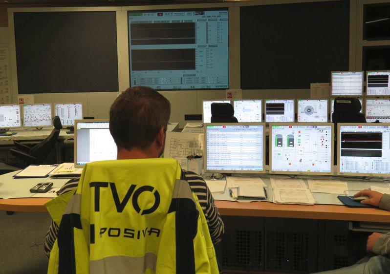 電力公司TVO工作人員二○一八年在芬蘭西南部埃烏拉約基的Olkiluoto-3核反應爐控制室工作。(路透)