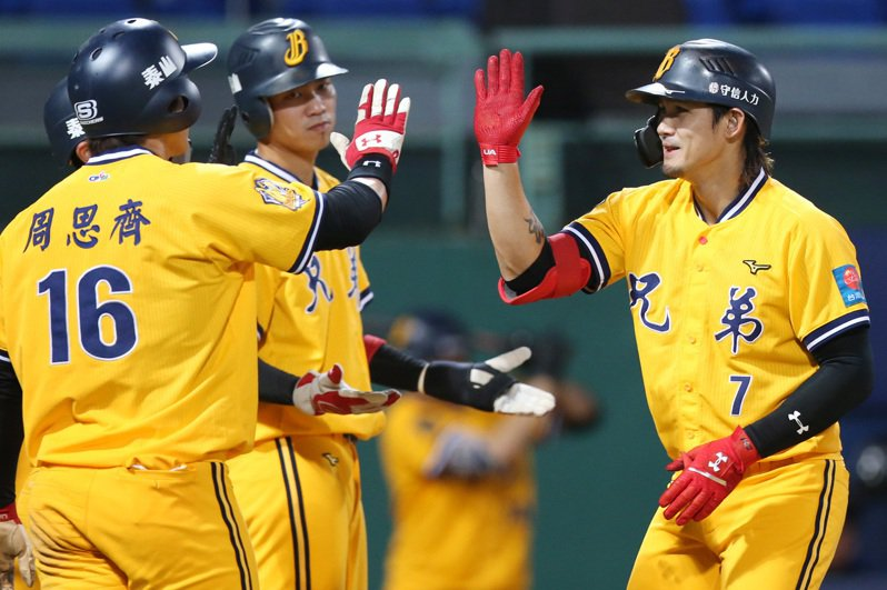 中信兄弟隊昨簽下自由球員張志豪(右),合約3年。本報資料照片